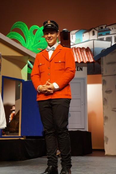 """Kjent positur med """"Politimester Bastian"""", spillt av Peter Kolbjørnsen. Folk og røvere i Kardemommeby, Drammen Barne- og Ungdomsteater. Foto: Tommy Knutsen."""